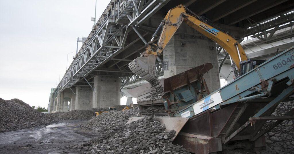 Old Champlain Bridge deconstruction
